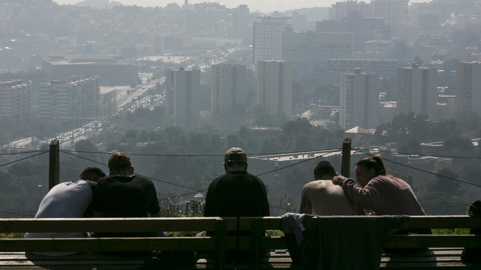 Barcelona sota la boira de la contaminació en una imatge d'arxiu