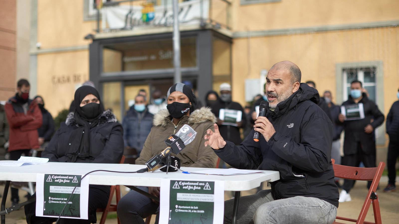 Imatge de la roda de premsa que han ofert entitats com l'Espai Antiracista de Salt i Girona, aquest matí, davant l'ajuntament saltenc