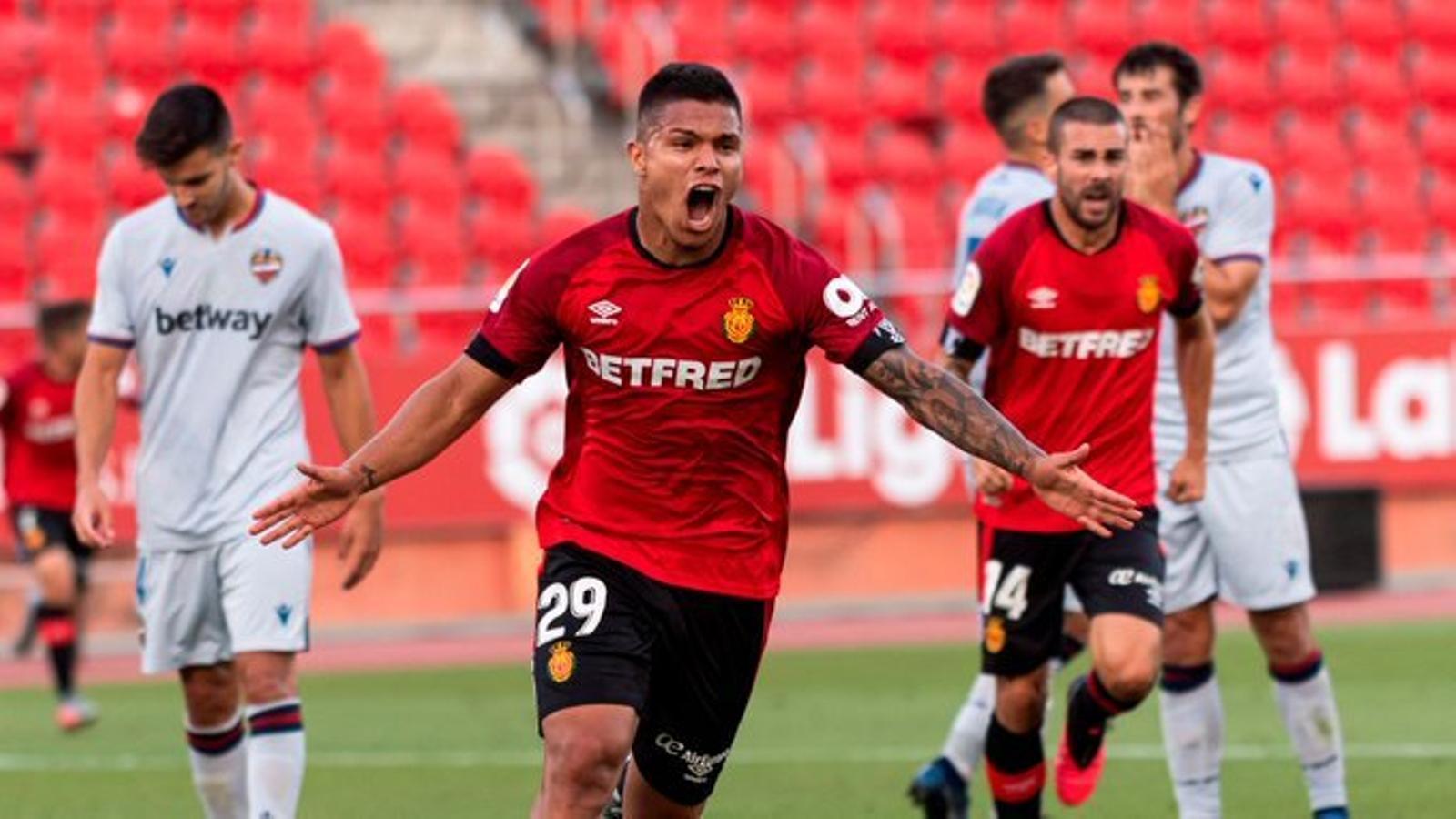 Cucho Hernández celebra el primer gol del partit.