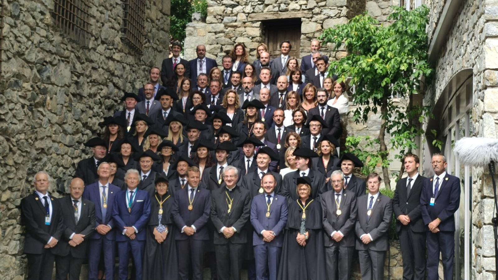 Macron, Vives, Espot i tots els consellers generals a les escales de Casa de la Vall. / SFG