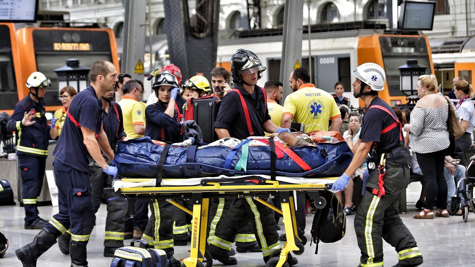 Un accident ferroviari a l'Estació de França causa 56 ferits