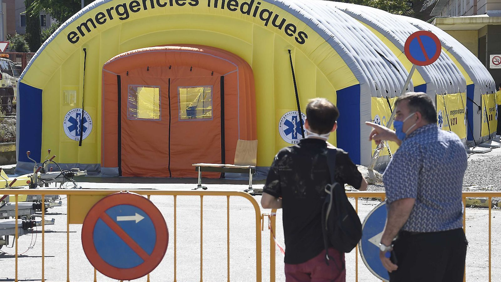 Les carpes  a l'exterior  de l'Hospital Arnau de Vilanova de Lleida ahir a la tarda.