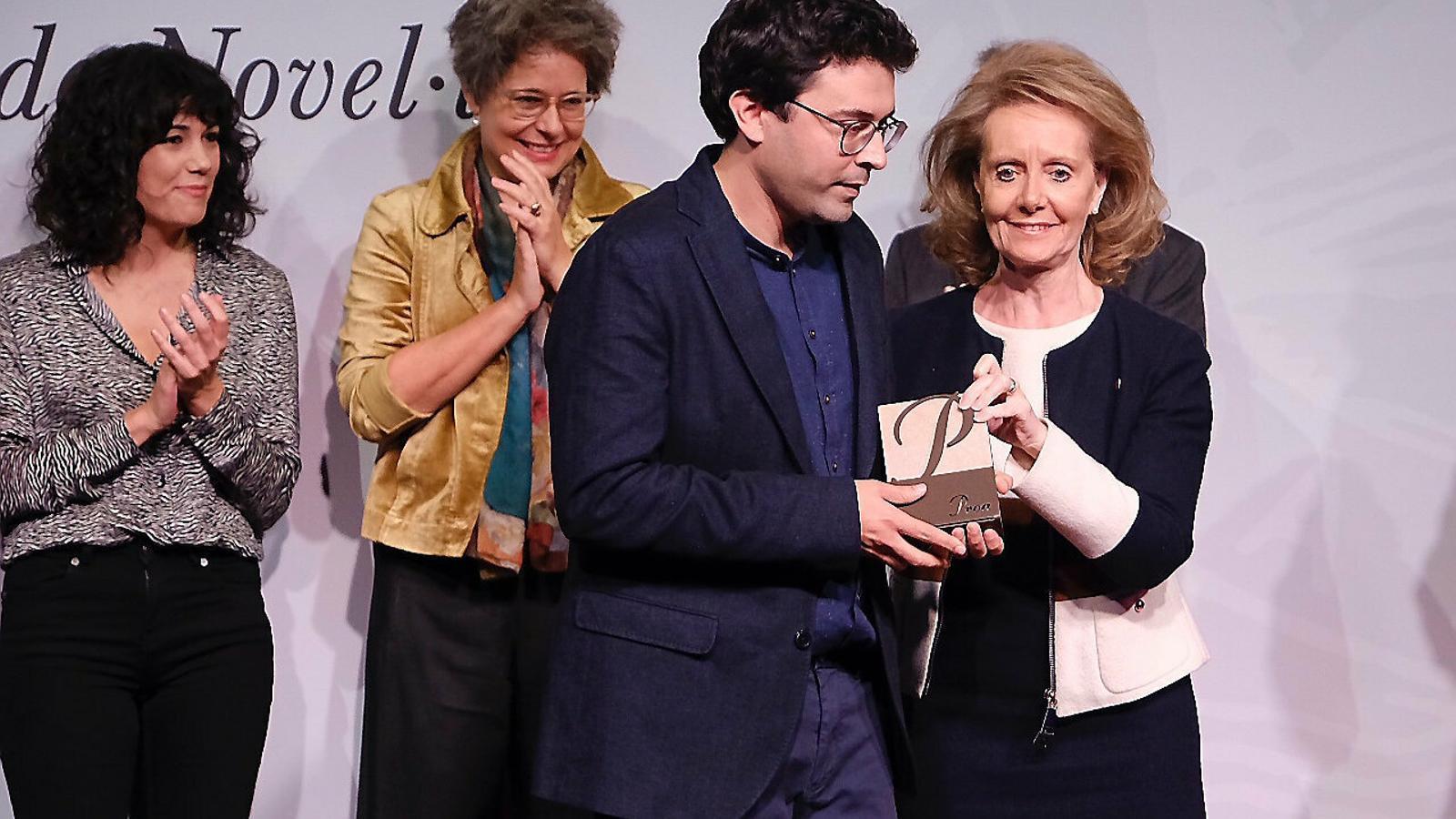 La consellera de Cultura, Mariàngela Vilallonga, lliurant el primer Premi Proa de Novel·la a Jordi Nopca ahir a la Fundació Tàpies.
