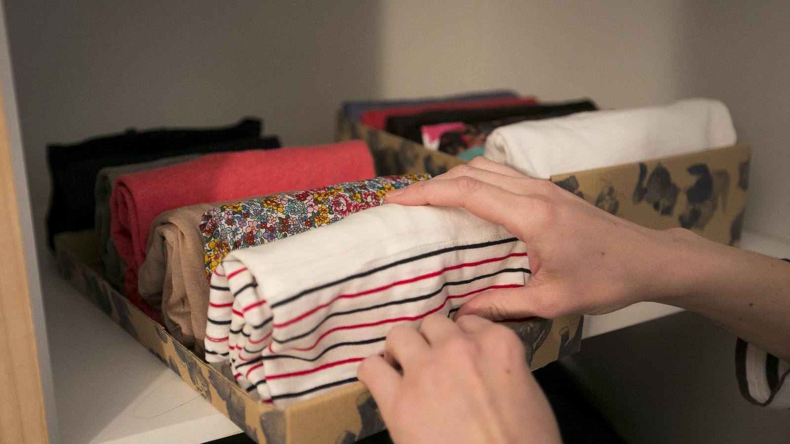 Plegar samarretes en vertical és un dels consells de Marie Kondo