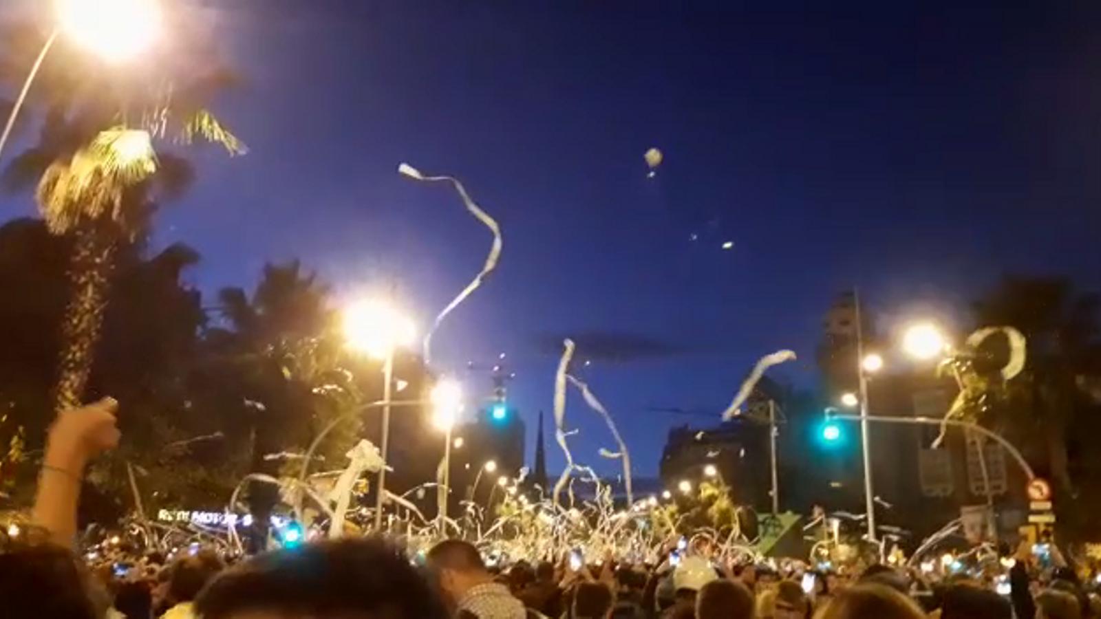 Els manifestants llancen paper de vàter enlaire
