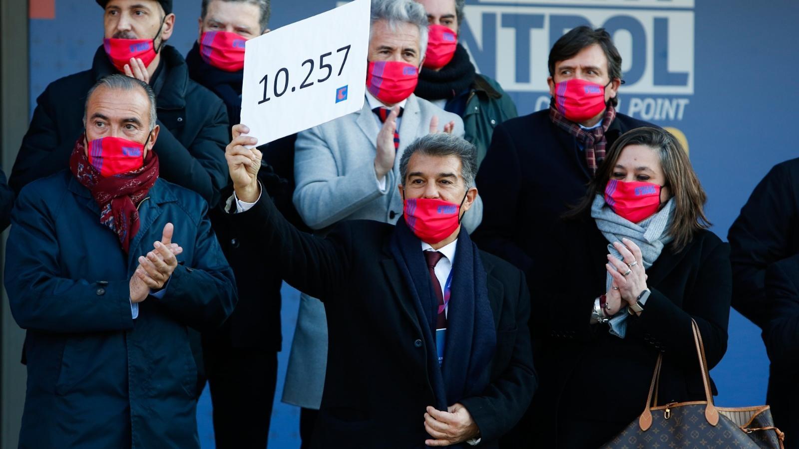 Demostració de força de Laporta amb més de 10.000 signatures