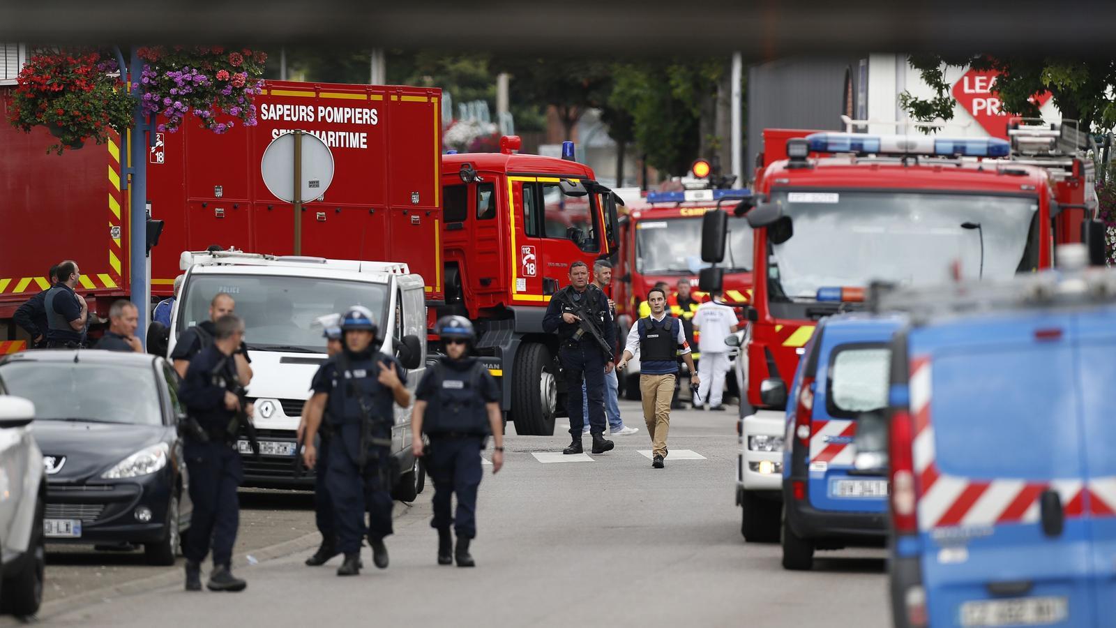 Efectius dels bombers i policia francesa a les proximitats de l'església on s'han pres els ostatges