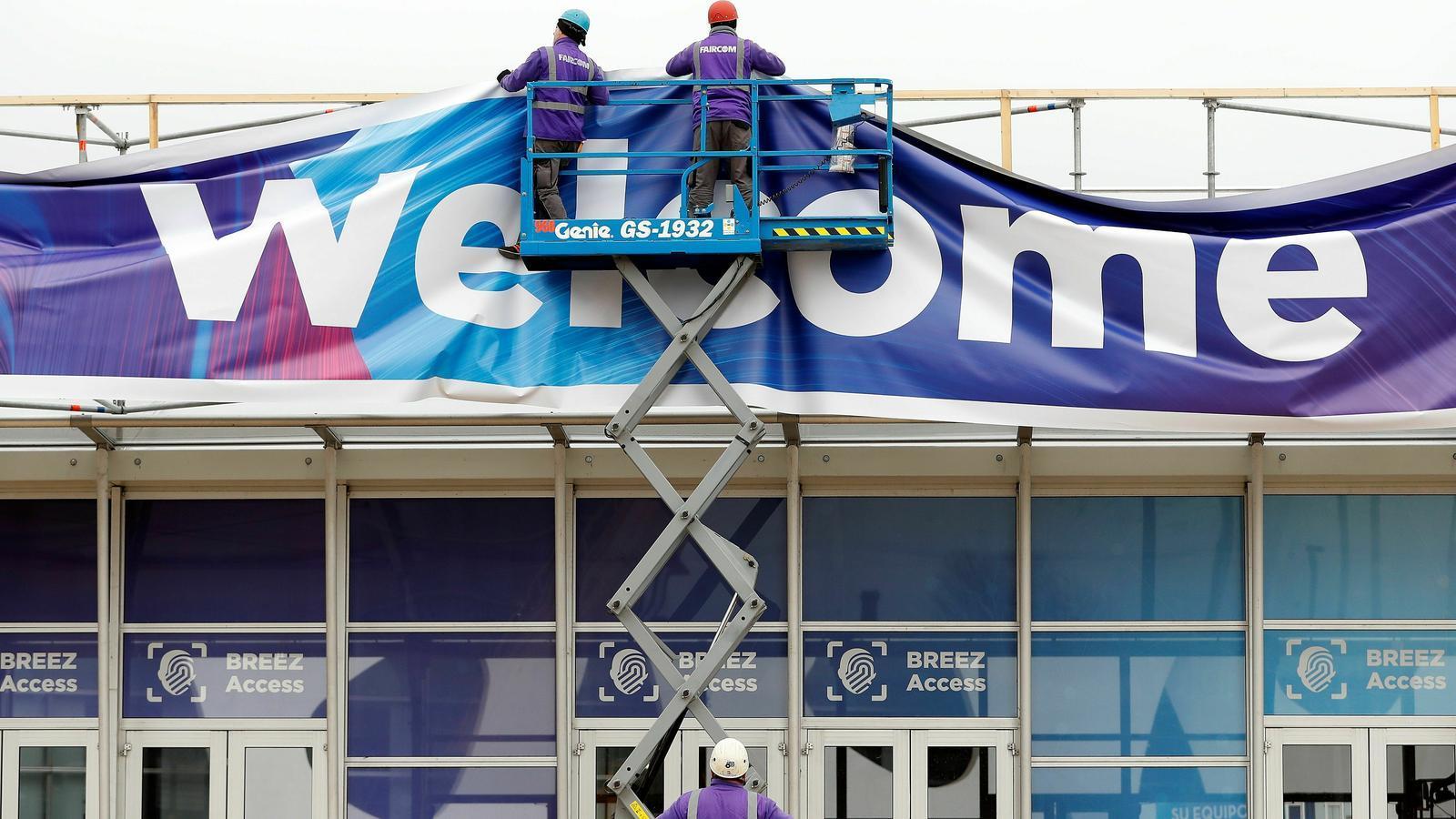 Dos treballadors de la Fira de Barcelona ultimen els preparatius per al Mobile
