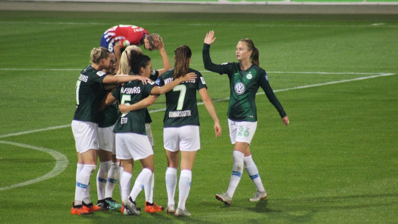 Les jugadores del Wolfsburg celebren un dels 4 gols contra l'Atlètic