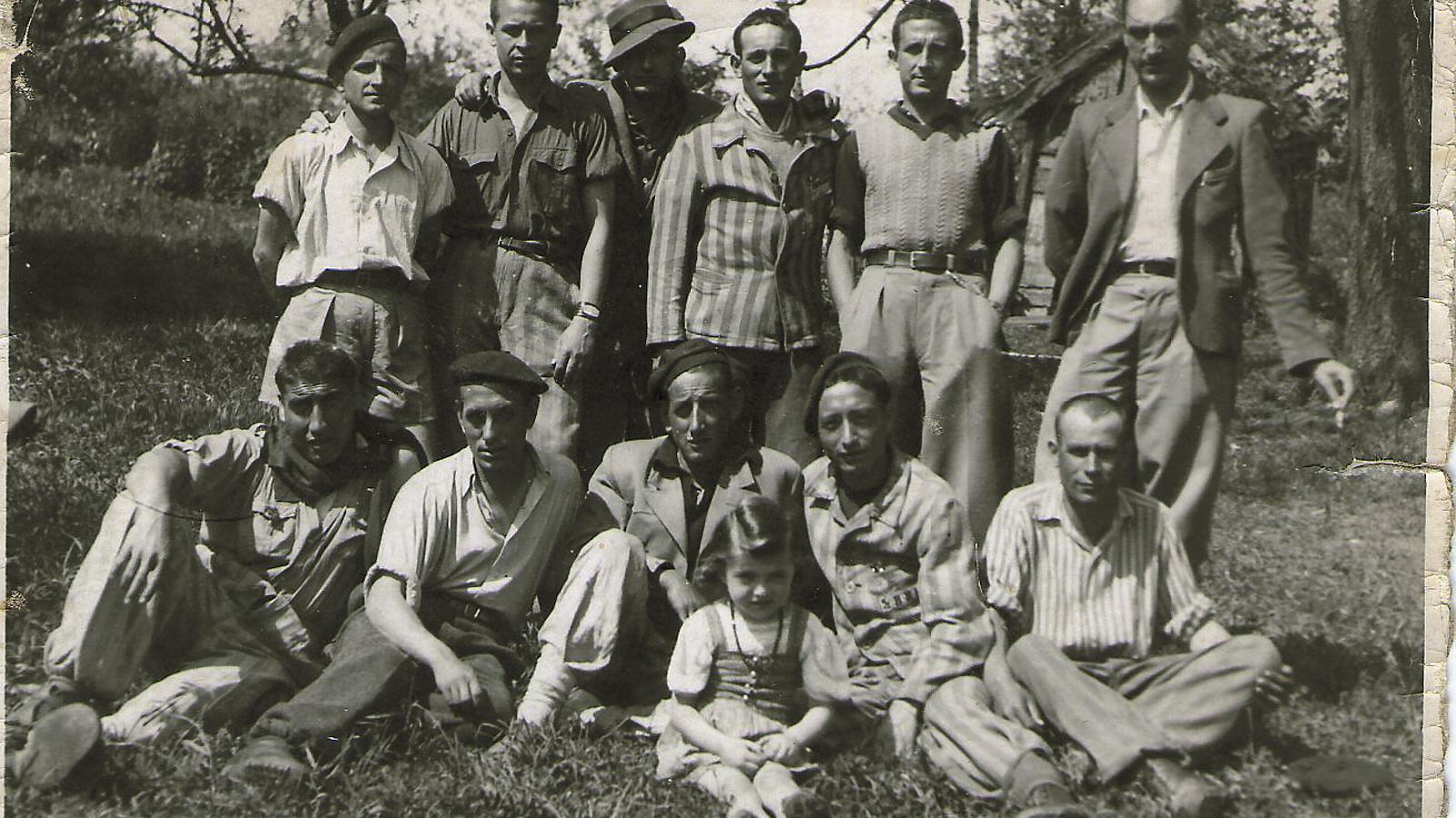 César Orquín, el primer per la dreta, amb expresoners republicans acabats d'alliberar de Mauthausen.