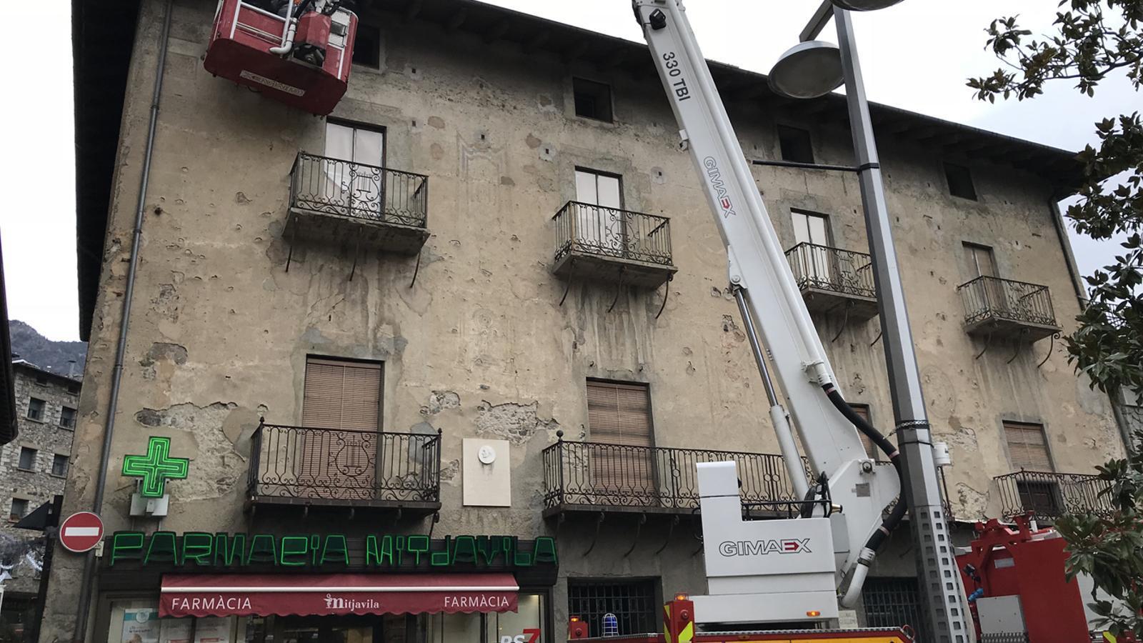 Tècnics inspeccionant la façana de casa Guillemó / ARA