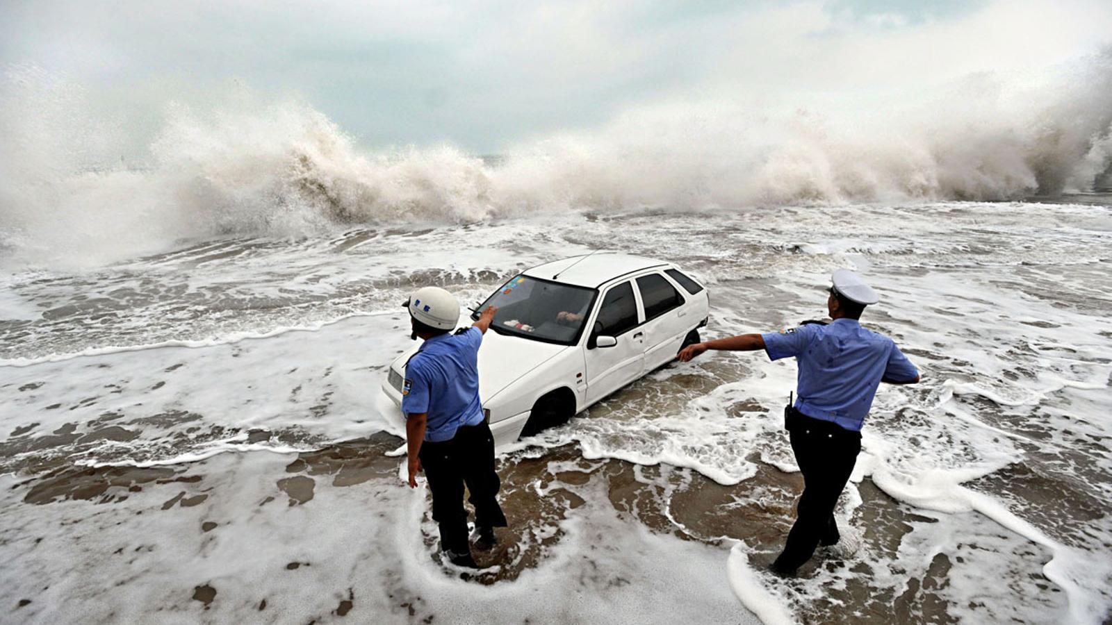 Un vehicle arrosegat pel tifó Bolaven a Qingdao, Xina AFP PHOTO