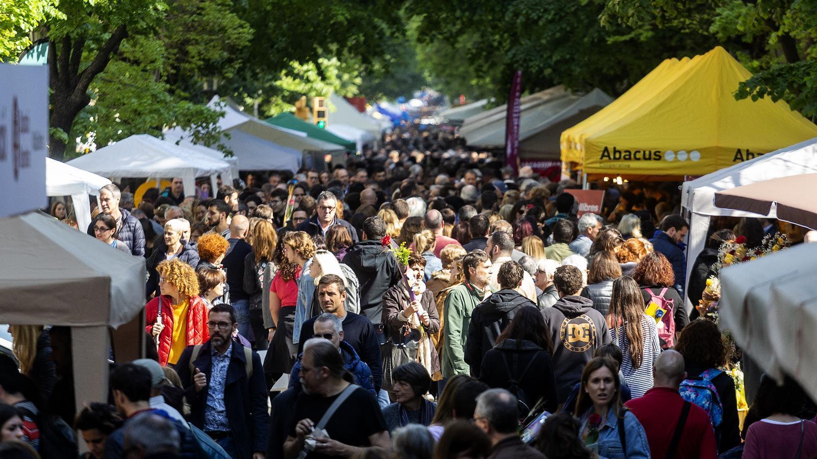 Fotos d'ambient a la Rambla de Catalunya en el dia de Sant Jordi