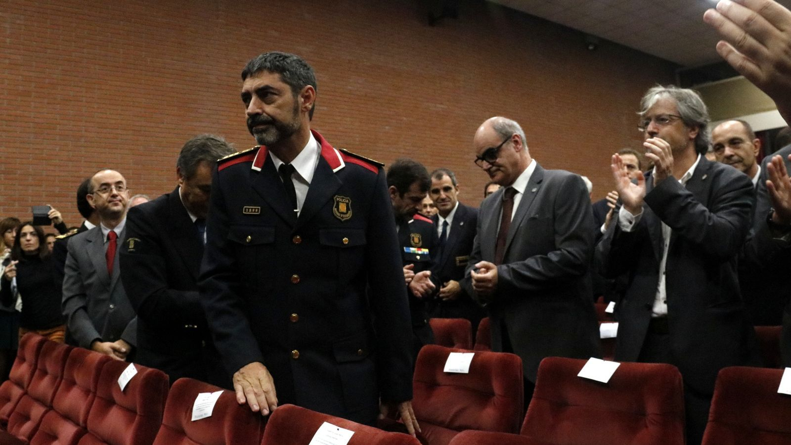 El major dels Mossos d'Esquadra, Josep Lluís Trapero, alçat després de rebre un esclat d'aplaudiments dels assistents a la inauguració del curs acadèmic de l'ISPC