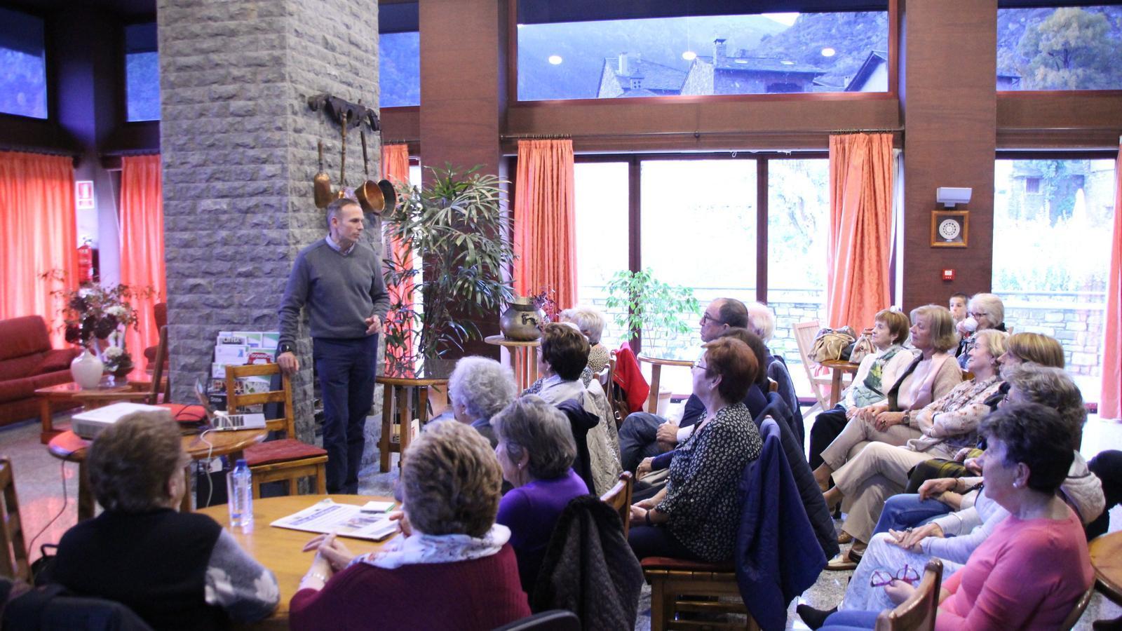 Santiago Raggio explica com prevenir lesions a la gent gran d'Ordino. / A.S.
