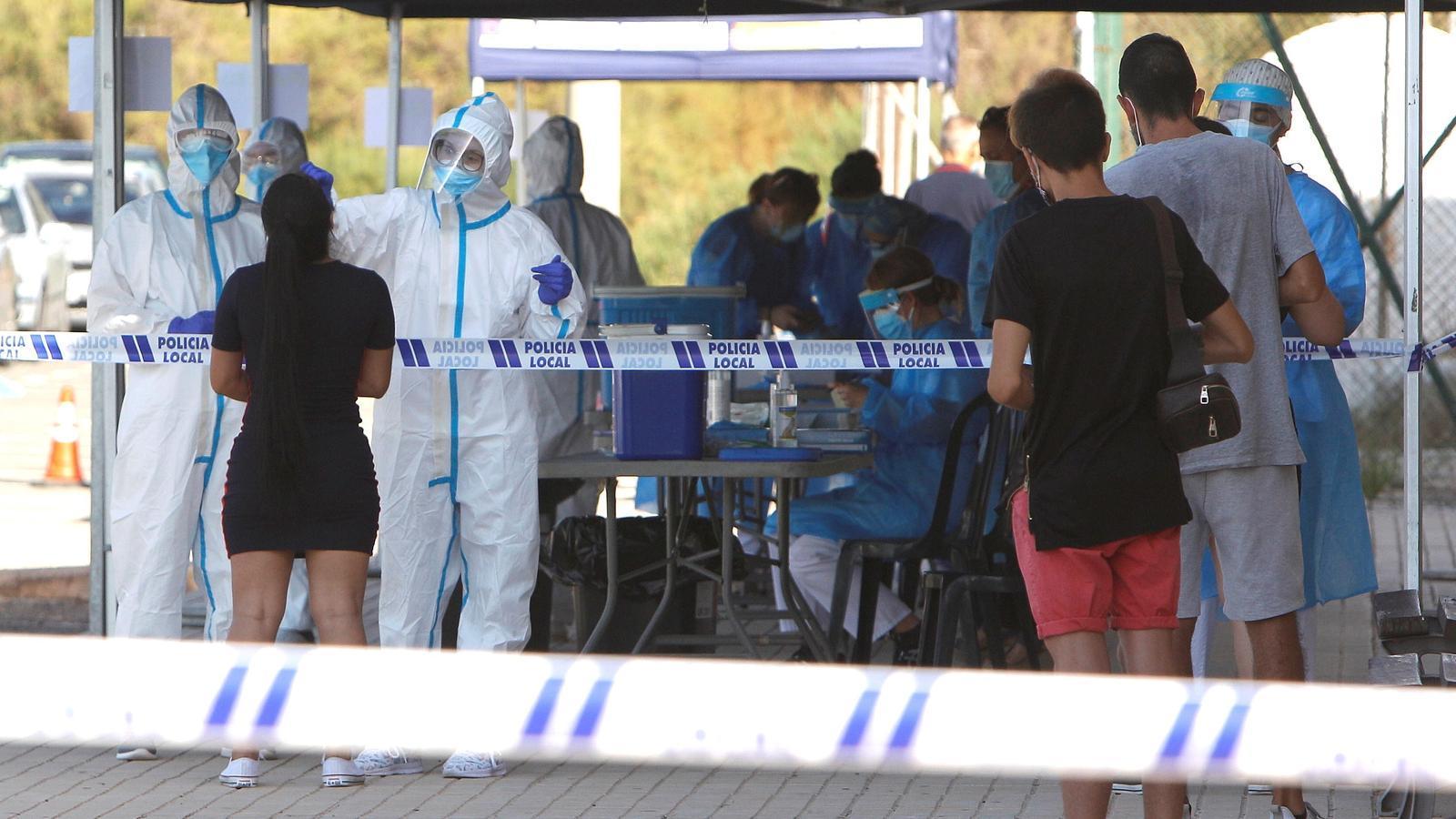 Personal sanitari realitzant proves PCR a joves que van assistir a una discoteca de Santa Pola,  recinte d'oci que hauria estat l'origen d'un brot