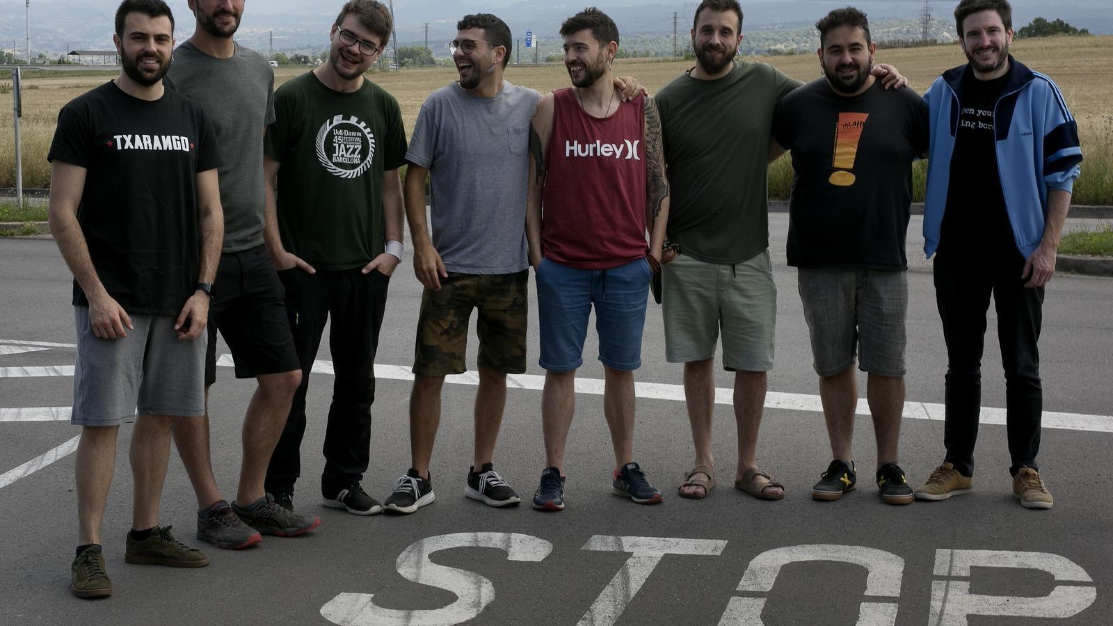 Vuit dels deu components de Txarango, fotografiats en un carrer de Vic el juny de 2020.