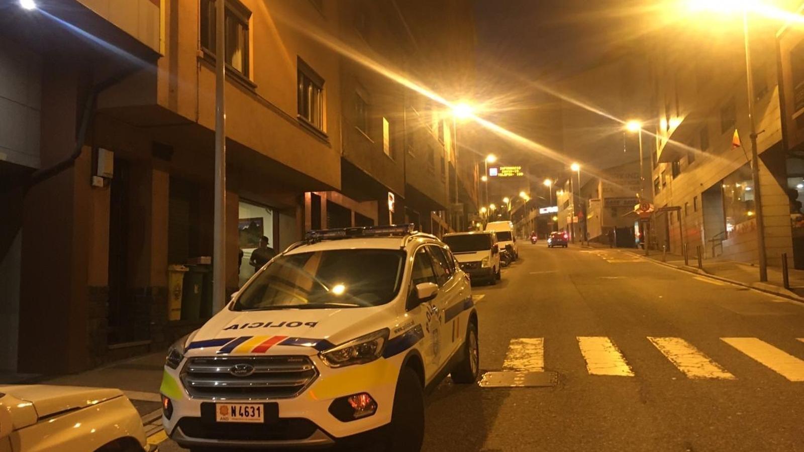 Una dotació de la policia ha fet tancar aquest dissabte al vespre un bar a Fiter i Rossell, a Escaldes-Engordany. / ARA ANDORRA