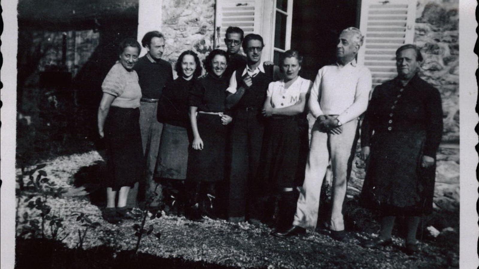Rodoreda, amb una brusa blanca, entre Joan Prat (a l'esquerra) i Magí Murià (a la dreta), a Roissy-en-Brie el 1939