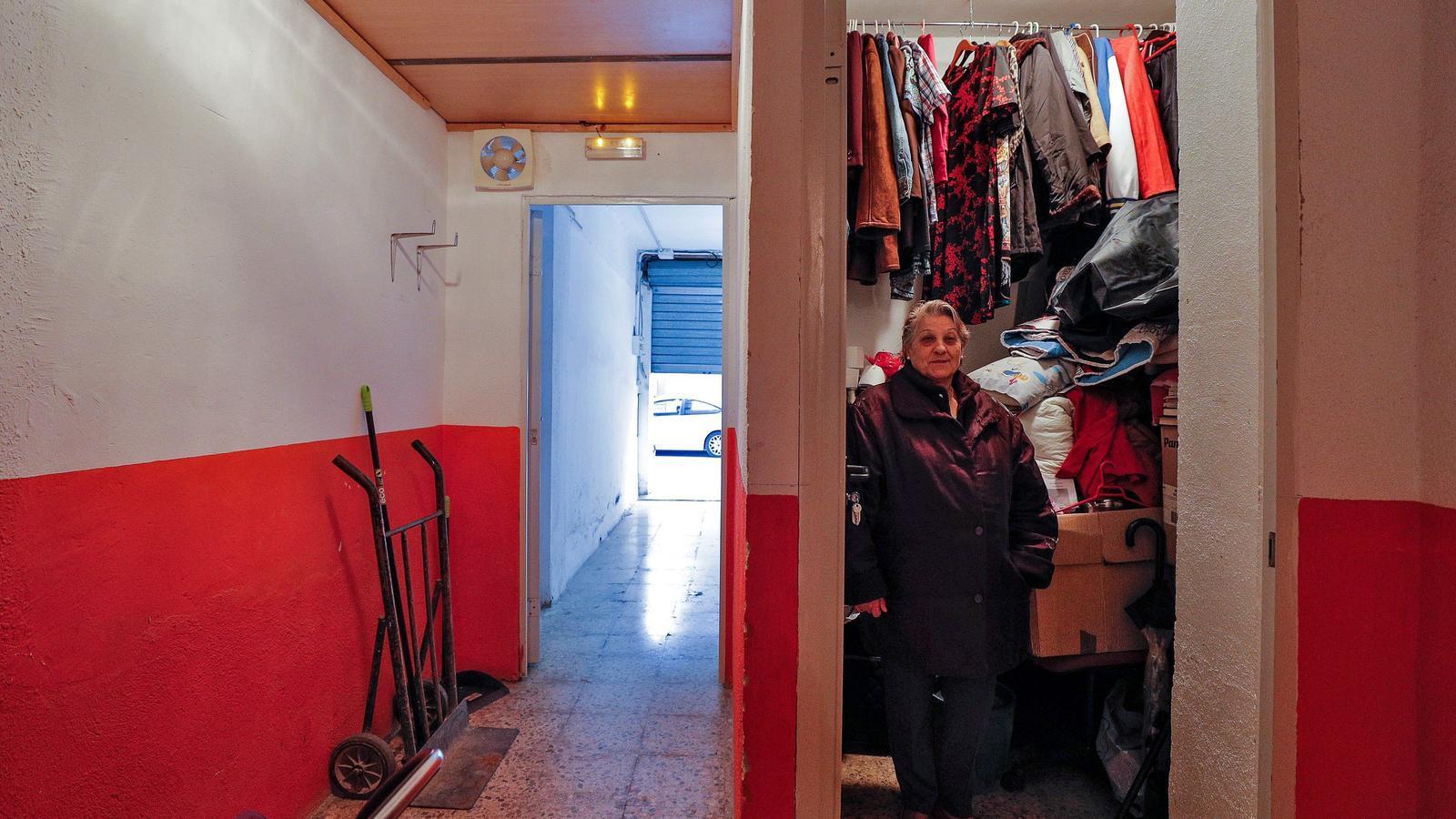 Rosario Planas, al traster on ha residit durant dos mesos junt al seu fill després de no poder pagar el lloguer de la seva anterior vivenda