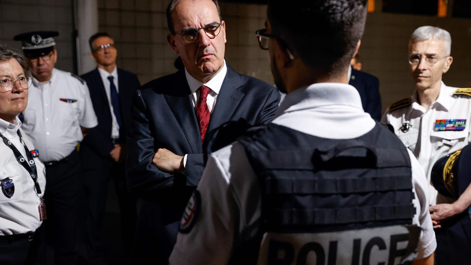 Jean Castex escoltant un policia durant el seu primer acte oficial com a nou primer ministre, en una visita a una comissaria del nord de París