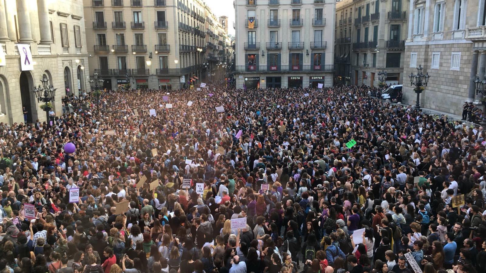 La plaça Sant Jaume ha quedat plena durant la concentració / E.B.