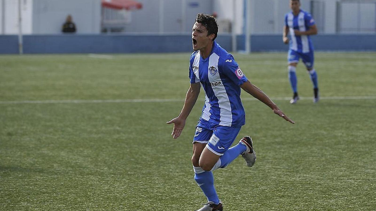 Francesc Fullana celebra un gol en el camp de Son Malferit.