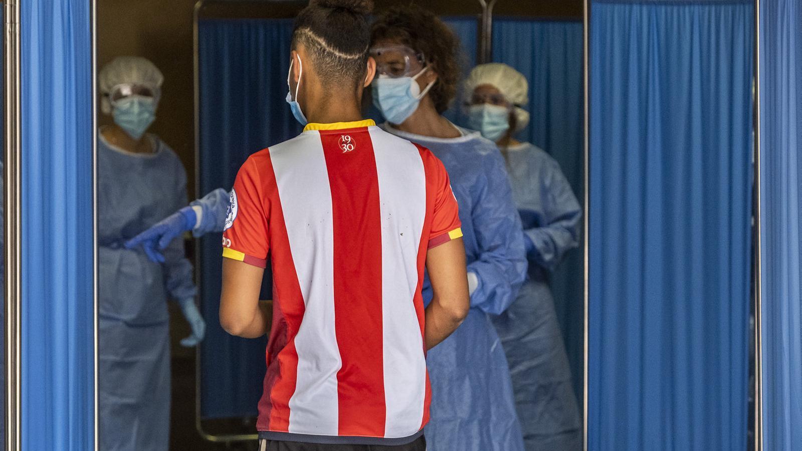 Un jove a punt de ser sotmès a una prova PCR per detectar  si és positiu  per covid-19,  en una imatge  de principis d'agost  a Vilafranca  del Penedès.