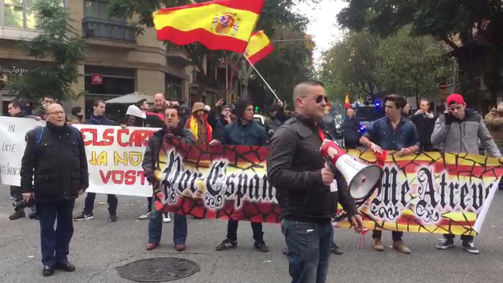 Ultres es concentren davant la seu de la CUP a Barcelona