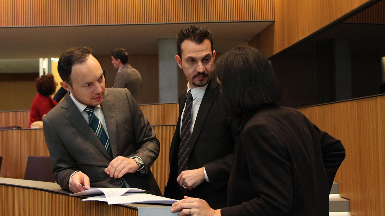 El ministre d'Afers Socials, Justícia i Interior, Xavier Espot, conversa amb els consellers del PS i de DA Gerard Alís i Sofia Garrallà. / M. F. (ANA)