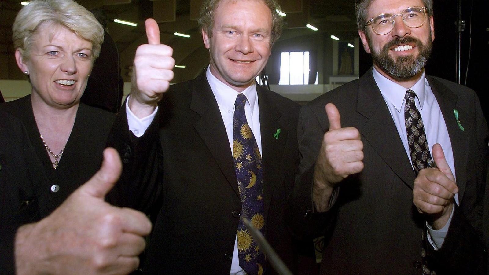 Martin McGuinness i Gerry Adams celebrant l'Acord de Divendres Sant, que va portar la pau a Irlanda del Nord, el 1998.