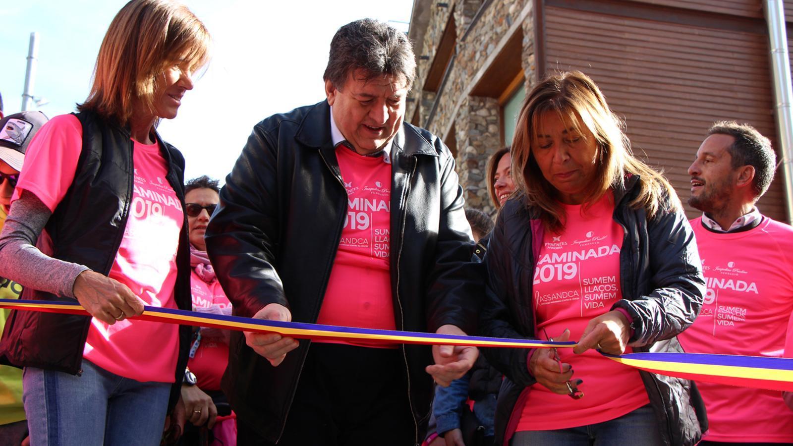 Conxita Marsol, Josep Saravia i Ester Vilarrubla inauguren la 6a edició de la Caminada contra el càncer. / M. P. (ANA)