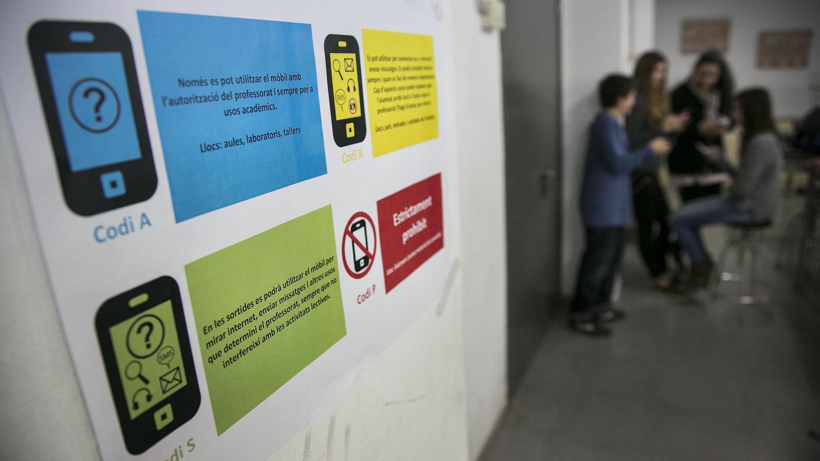 Alguns instituts, com el Pla Farreras de Sant Cugat, tenen un semàfor per indicar on i com es pot fer servir el mòbil o les tauletes a l'aula.