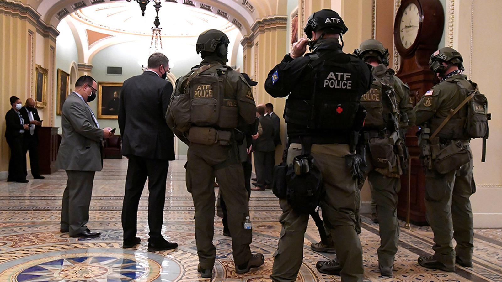 La sessió de ratificació de vots al Senat es reprèn després de l'atac, durant més de 6 hores, dels seguidors de Donald Trump al Capitoli dels Estats Units