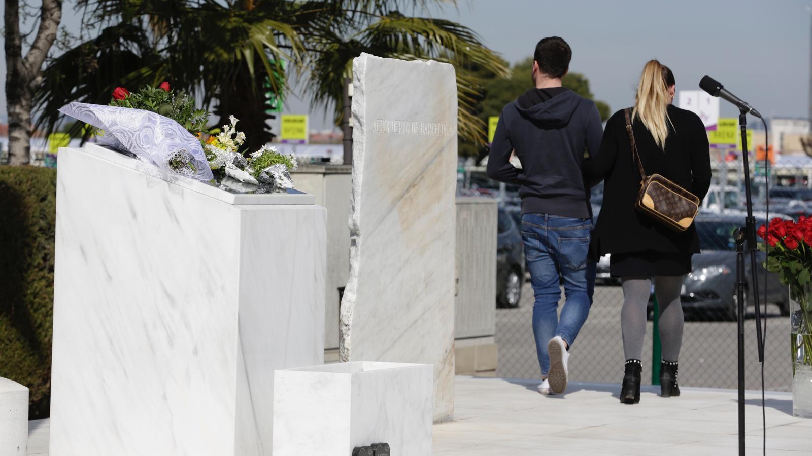 Dos joves abandonen el monòlit en record a les 150 víctimes de la tragèdia de Germanwings després de dipositar un ram de flors quan es compleixen tres anys dels fets
