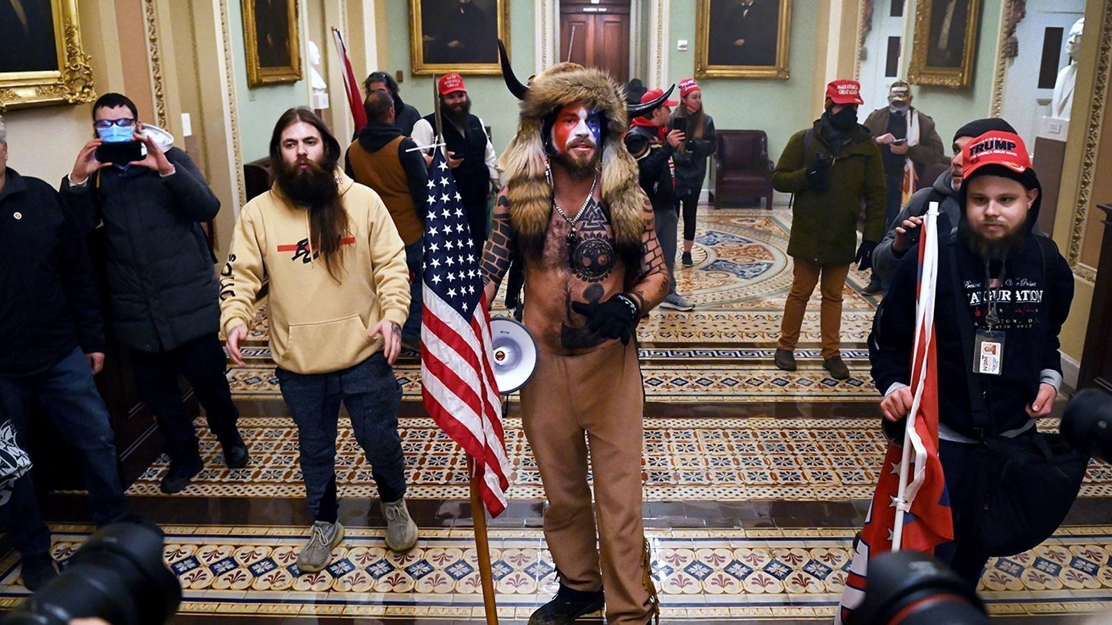 ¿Quién es Q Shaman, el hombre con cuernos y el torso desnudo que ha participado en el asalto al Capitolio?