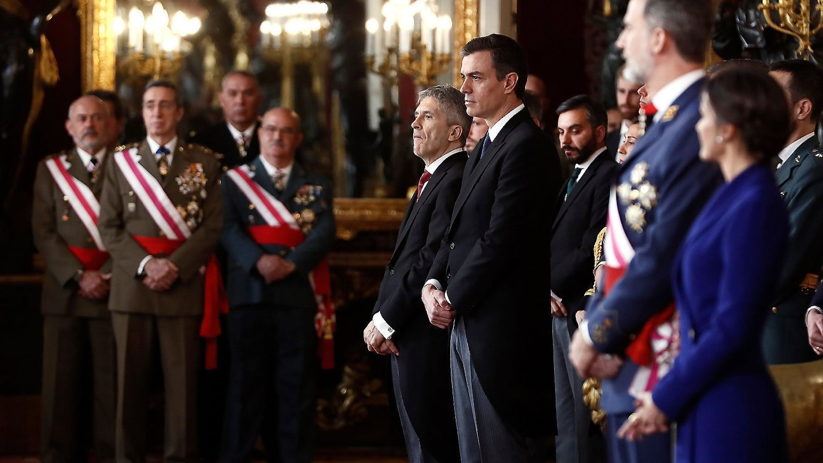 El president del govern espanyol, Pedro Sánchez, i el conseller de l'Interior, Fernando Grande-Marlaska, davant de càrrecs de l'exèrcit durant la celebració de la Pasqua Militar. / MARISCAL / EFE