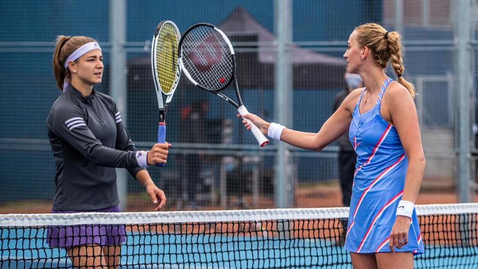 Petra Kvitova (dreta) i Karolina Muchova (esquerra), saludant-se amb les raquetes durant la final del torneig solidari que van jugar a Praga.