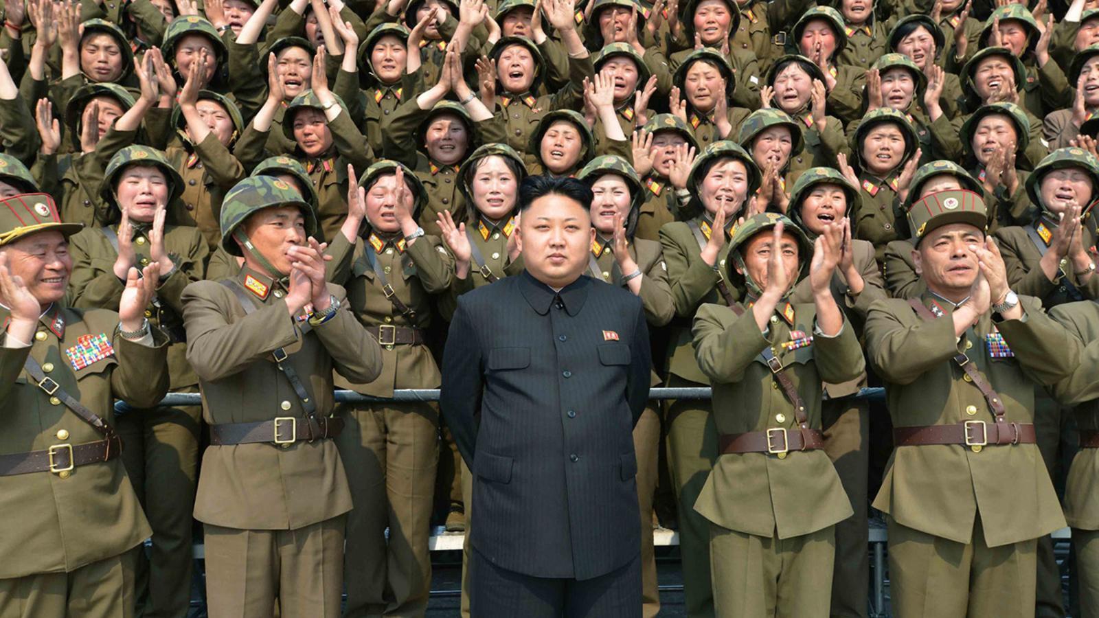 Aquesta foto sense data difosa per l'Agència de Notícies Oficial de Corea del Nord (KCNA) el 24 abril 2014 mostra el líder nord-coreà Kim Jong-Un posant amb dones soldats. KCNA