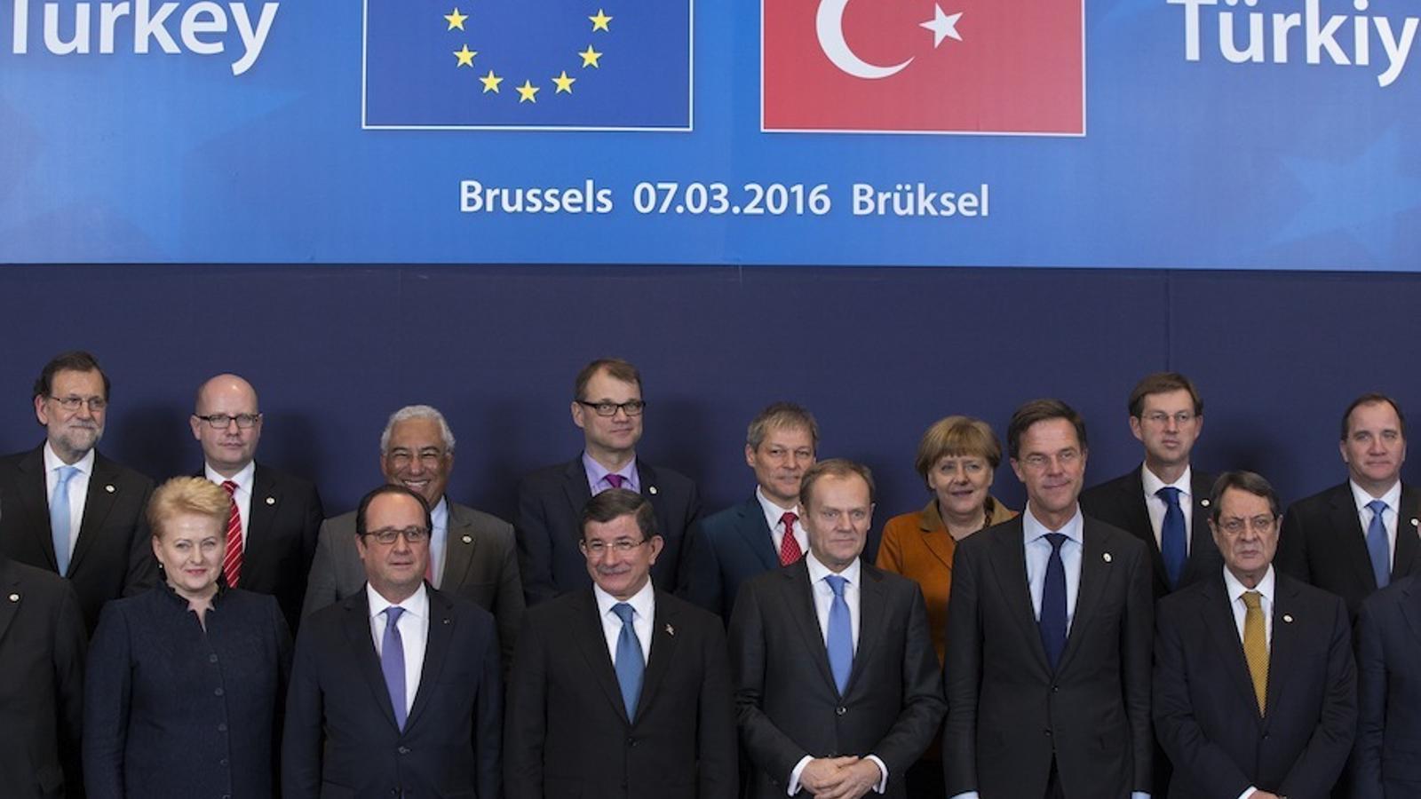 Els líders de la UE i el primer ministre turc, Ahmed Davutoglu (centre), a Brussel·les.