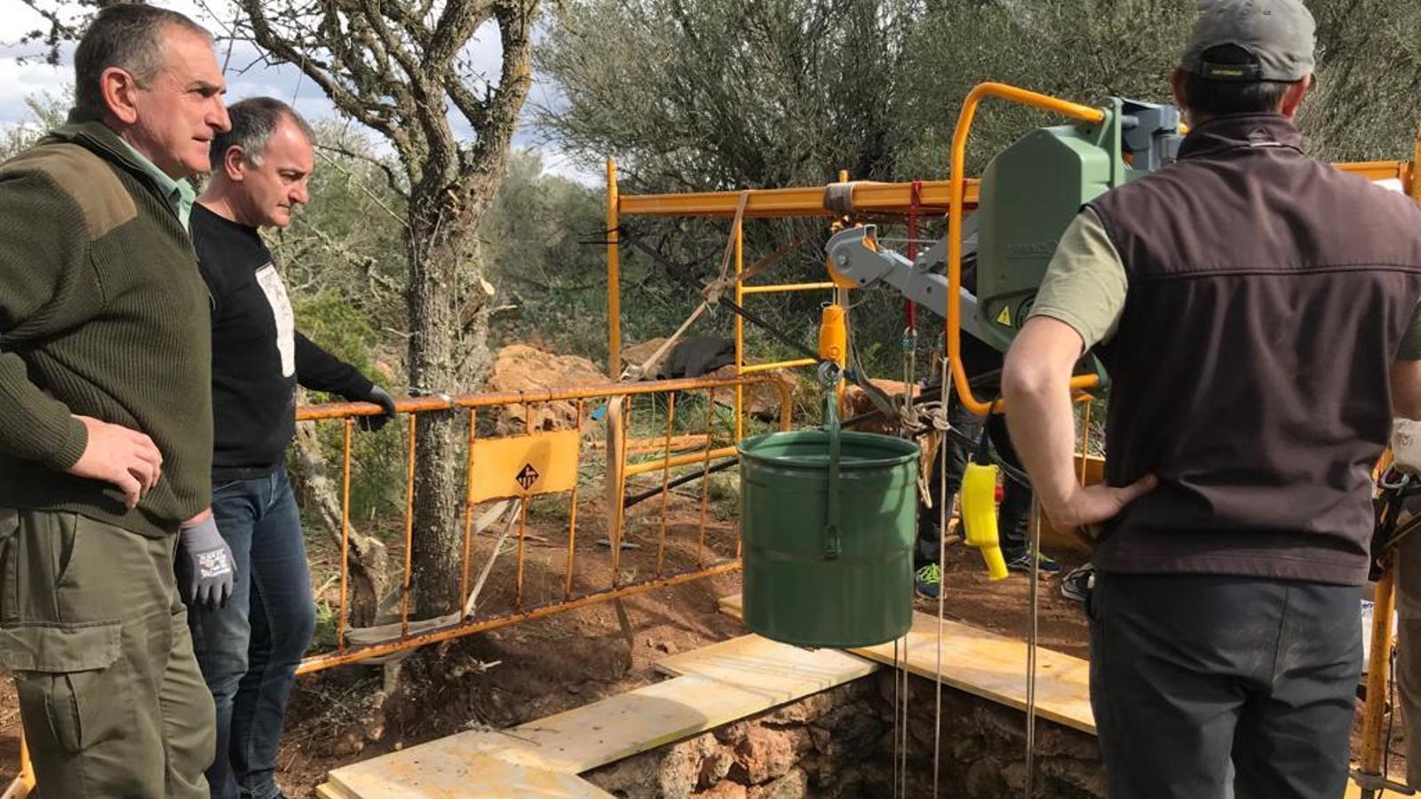 Comencen les tasques per trobar la restes de Julià Fullana a la fossa del pou de l'Àguila
