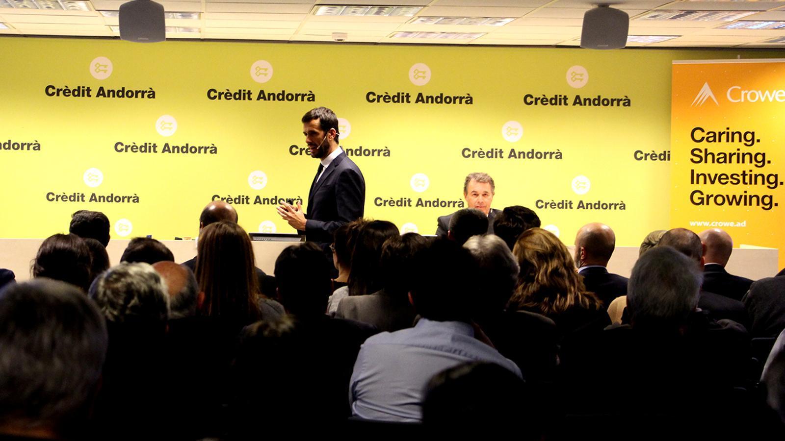 Un moment de la conferència oferta per Antoni Bisbal, soci director de Crowe Andorra i especialista en l'àrea de fiscalitat, i Gerardo Roca, advocat i soci responsable del departament legal de Crowe Spain. / M. F. (ANA)
