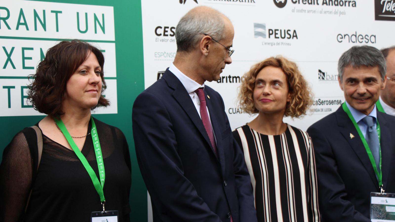 El cap de Govern, Toni Martí, i la ministra de Política Territorial i Funció Pública, Meritxell Batet, conversant durant la foto de grup de la cloenda de la Jornada Empresarial al Pirineu. / L.M. (ANA)