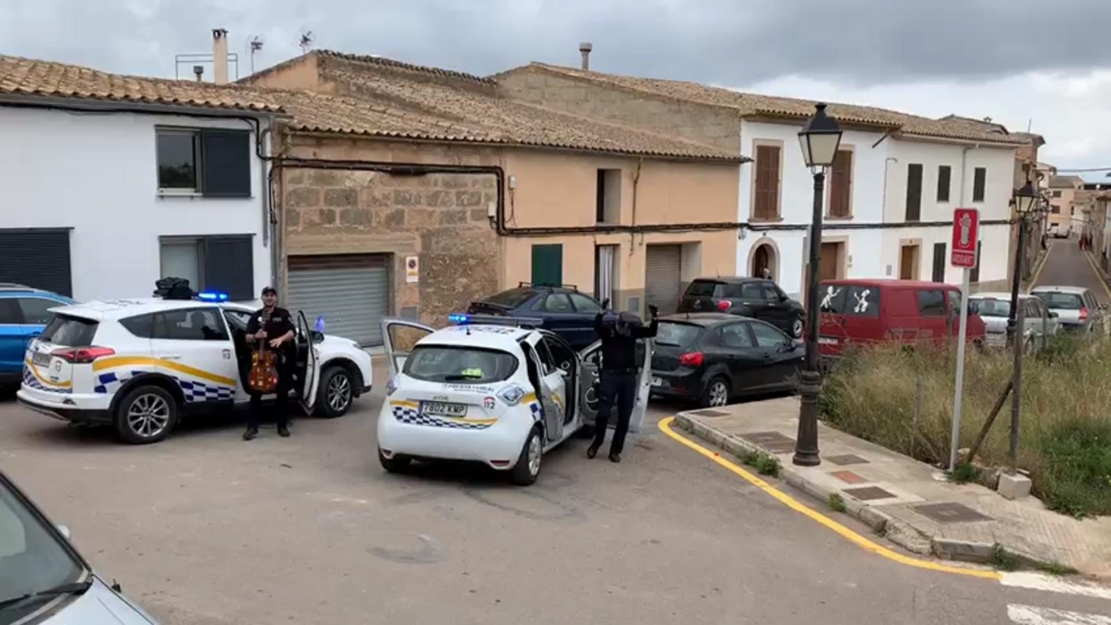 La Policia local d'Algaida posa música al confinament dels nins del poble
