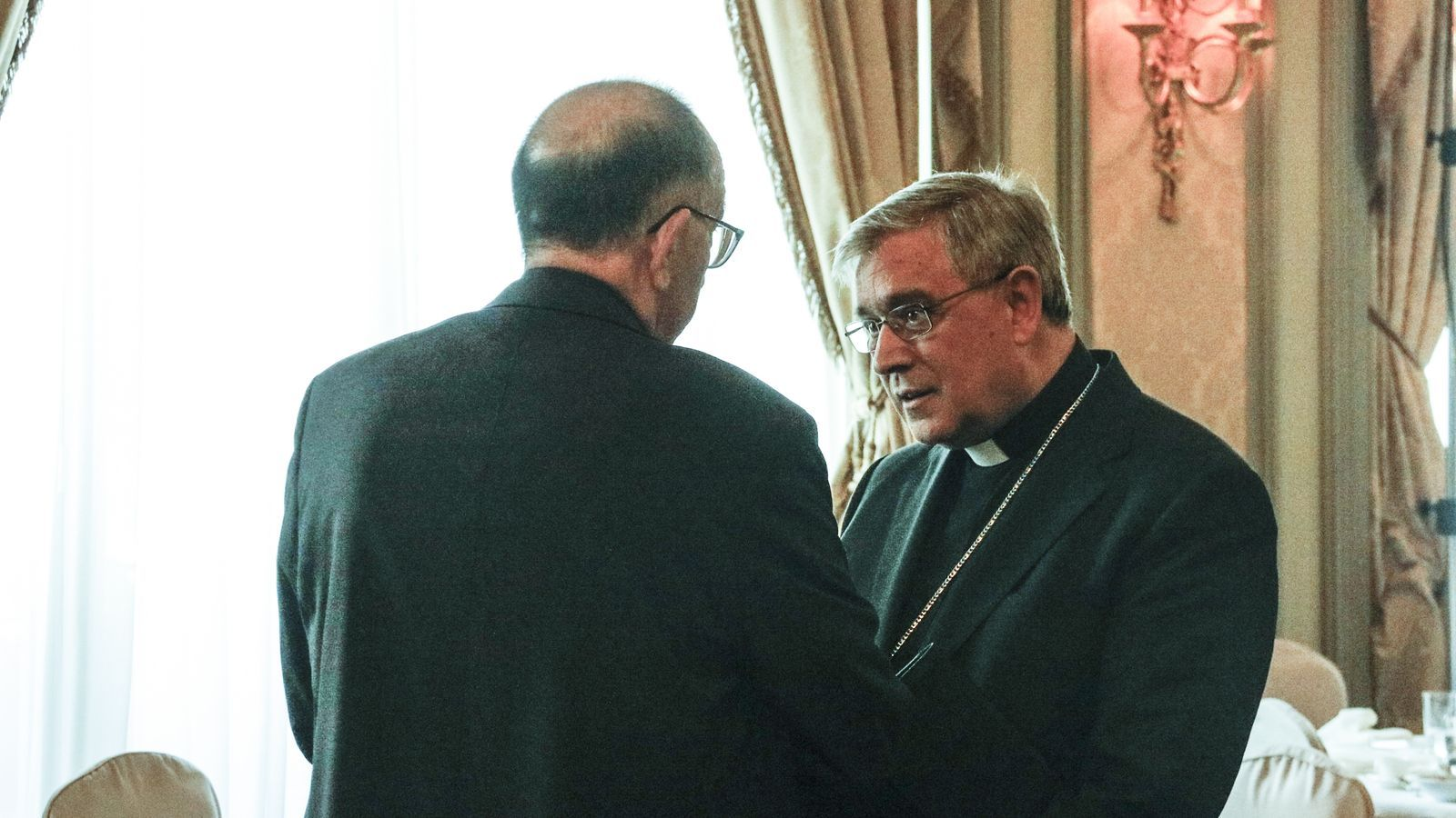L'abat de Montserrat, Josep Maria Soler, conversant amb l'rquebisbe de Barcelona, Joan Josep Omella, en una imatge d'arxiu / ACN