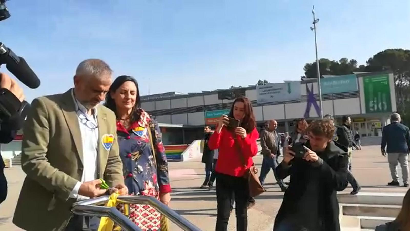 Carlos Carrizosa tallant llaços grocs a la UAB