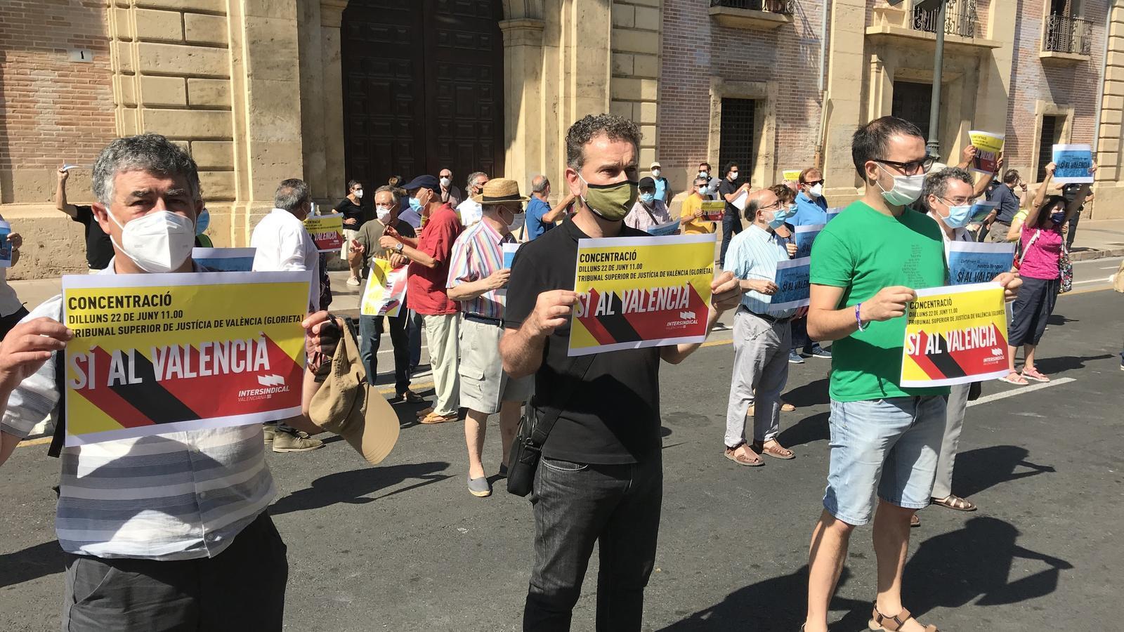Concentració a València per rebutjar la sentència del Tribunal Suprem (TS) que confirma l'anul·lació de part del decret d'usos lingüístics de la Generalitat Valenciana