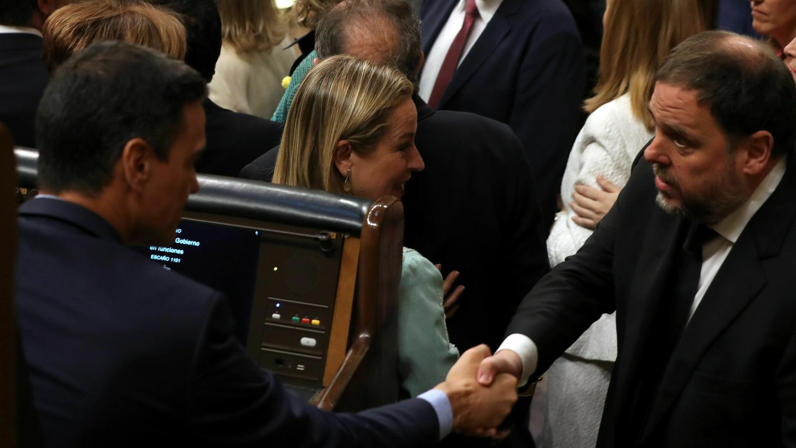 Encaixada de mans i breu salutació entre Oriol Junqueras i Pedro Sánchez a l'hemicicle