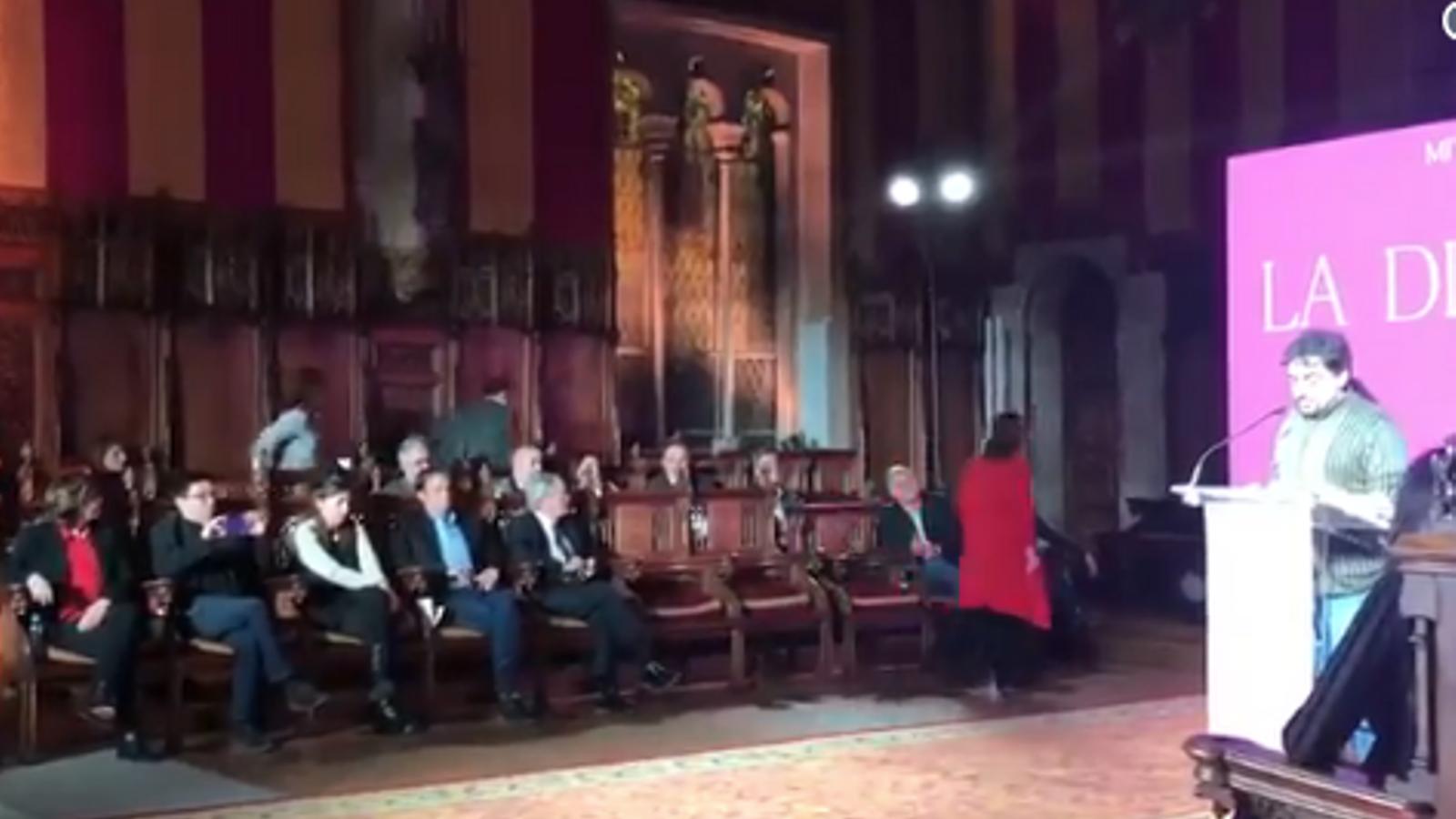 Carina Mejías, i els altres regidors de Cs, en el moment d'abandonat el Saló de Cent