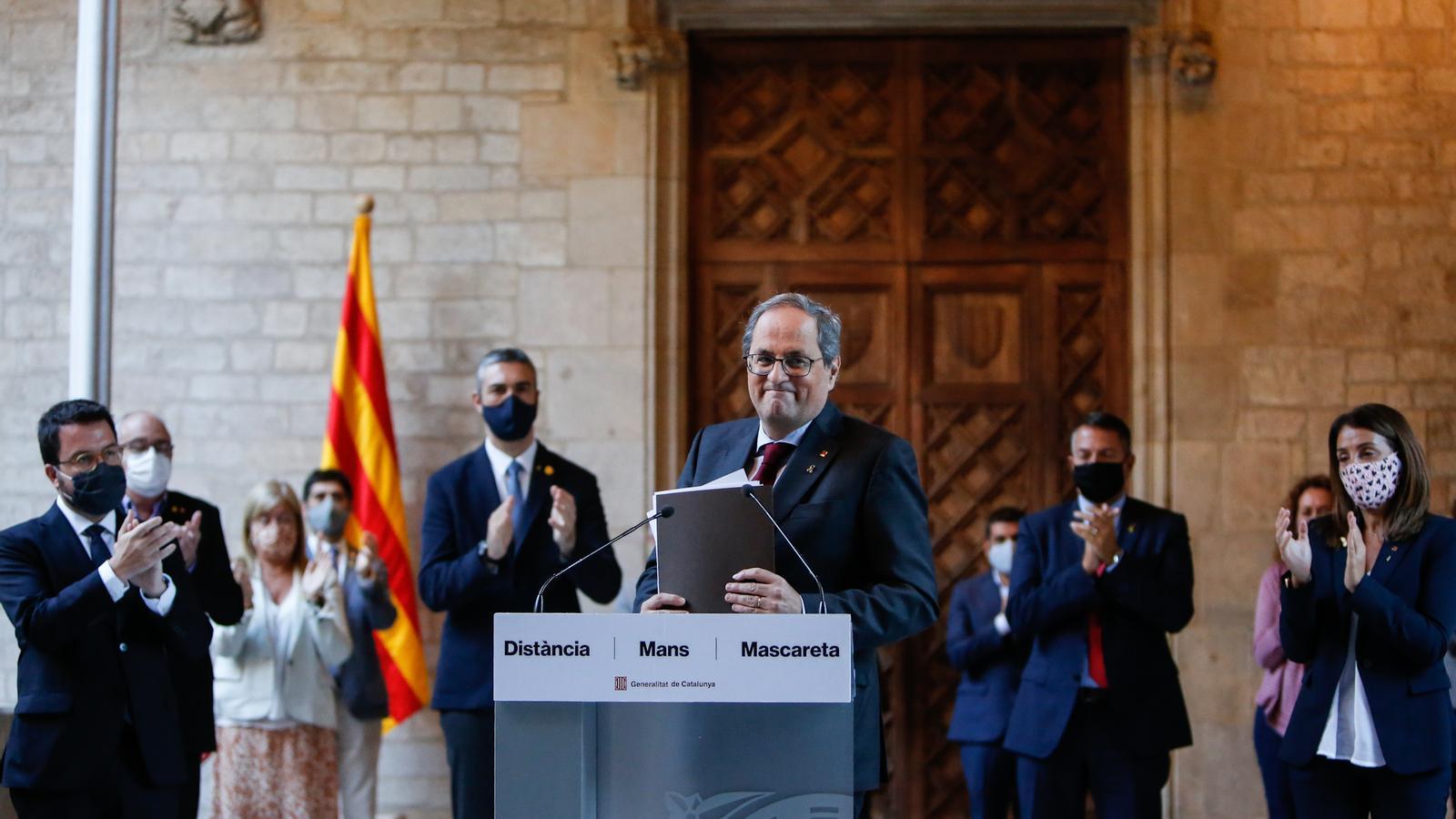 Quim Torra rep els aplaudiments de la resta de membres del seu Govern després de la declaració institucional que ha fet com a resposta a la seva inhabilitació com a president